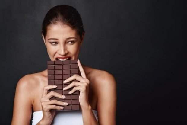 Девушка есть шоколадку