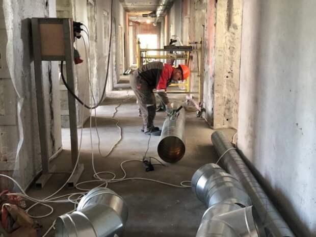 В ремонтирующейся поликлинике на Флотской отштукатурили стены и смонтировали вентиляцию