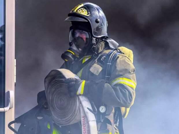 «Черный дым, нечем дышать»: в центре Петербурга заполыхал жилой дом