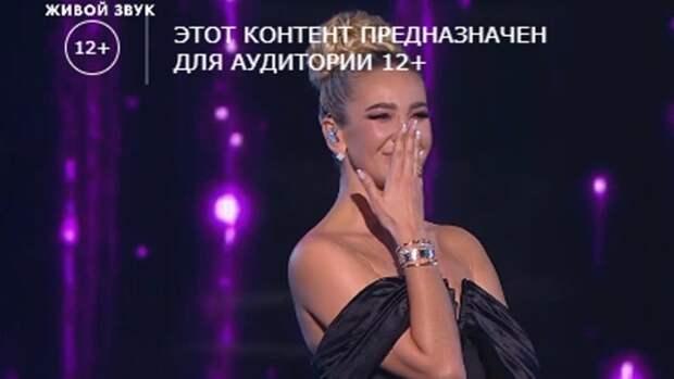 Бузова расплакалась во время исполнения песни «Сильная женщина» вместе с Булановой