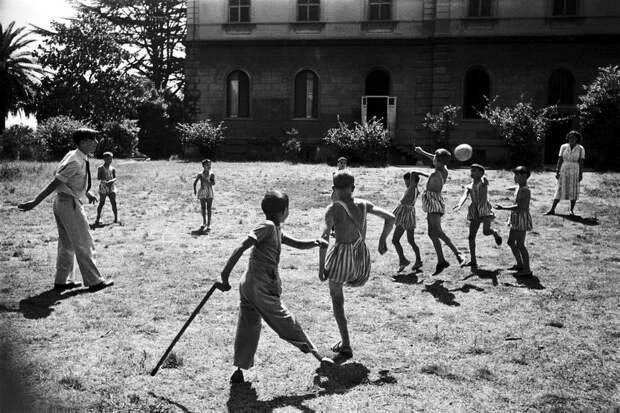 Италия, Рим, 1948 год - Дети-инвалиды из специнтерната во время совместных игр