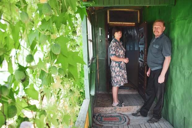 Татьяна и Сергей Штейниковы дома. В случае повышения пенсионного возраста Татьяна уйдет на пенсию в 2022, а Сергей – в 2024.