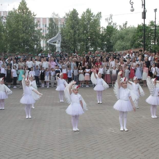 300 жителей Ижевска исполнили гимн миру и земле