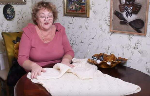 Российский блогер Ольга Папсуева делает гетры из старого свитера.
