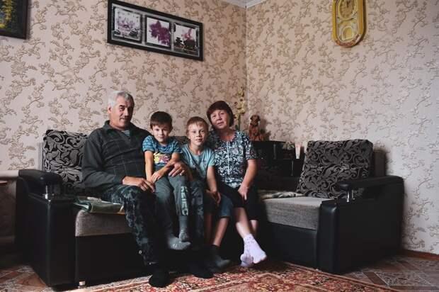 Елена Александрова дома с мужем Анатолием и внуками.