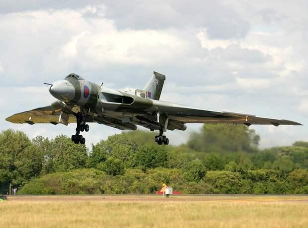 Стратегический бомбардирощик Avro Vulcan прощается с небом
