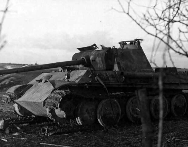 Остались в горящем Т-34, чтобы подбить еще 3 танка. Всего их было 12