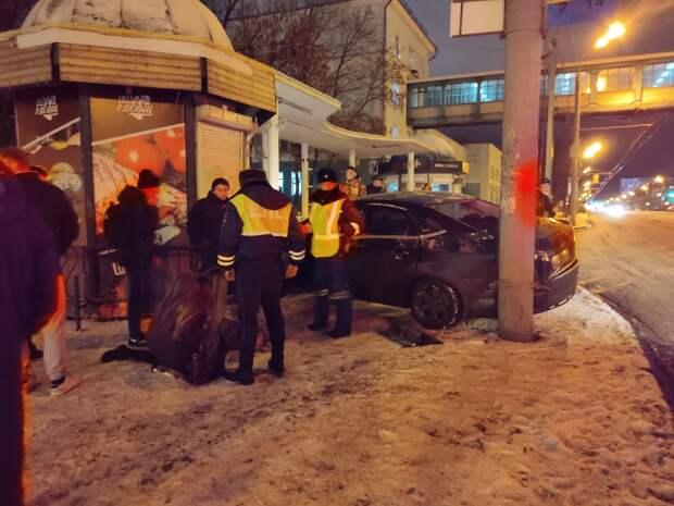 В Ижевске из-за вылетевшего на остановку автомобиля пострадали 4 человека