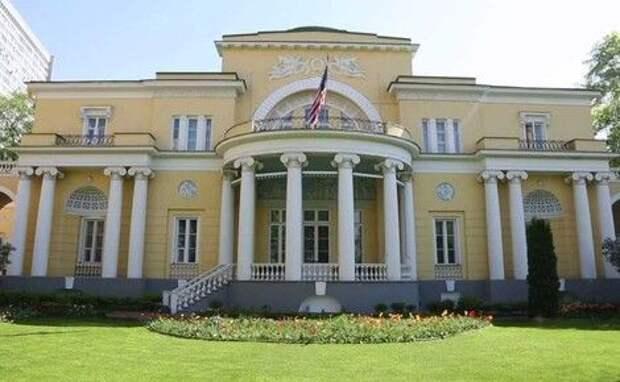 Посольство США заявило, что автомобиль врезался в ограждение резиденции посла в Москве, водителя задержали