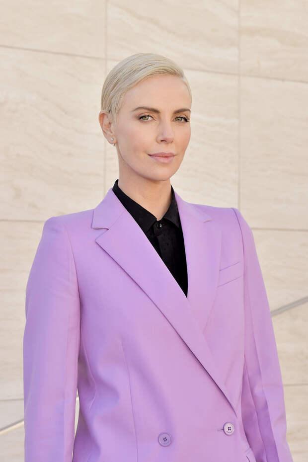 Безупречный розовый костюм Шарлиз Терон