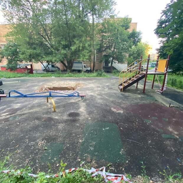 На Малой Ботанической демонтируют детскую площадку