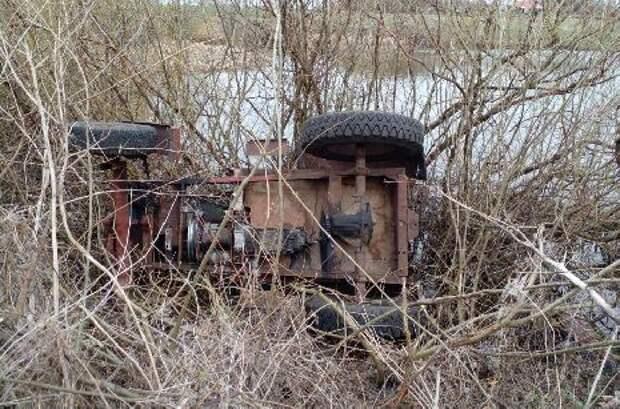 Самодельный трактор перевернулся в кювет в Жердевском районе