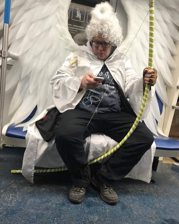 13 угарных фото, которые доказывают, что в метро можно увидеть всё