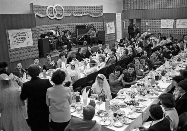 «Примитивный» свадебный стол времен СССР против «изысканного» современного