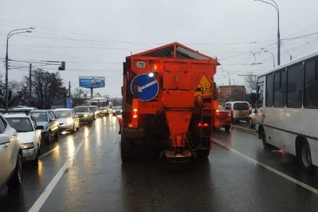 Из-за непогоды на улицы Краснодара вновь вышла спецтехника