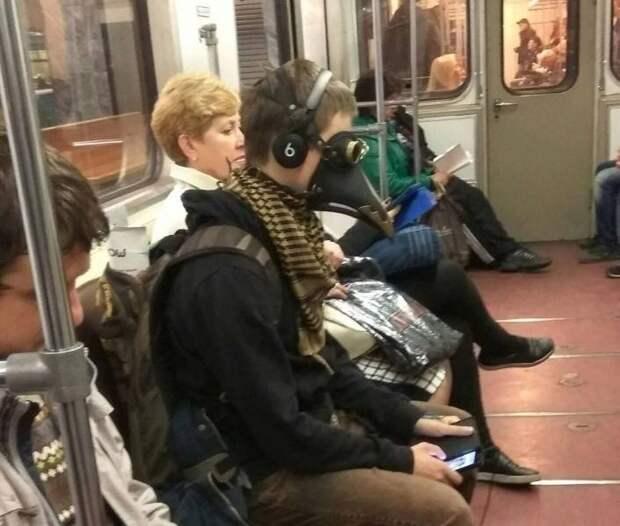 Парень в маске в метро