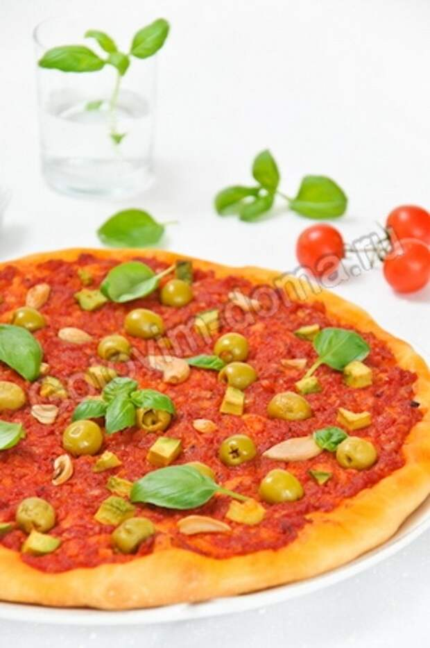 Постная пицца с оливками и чесноком