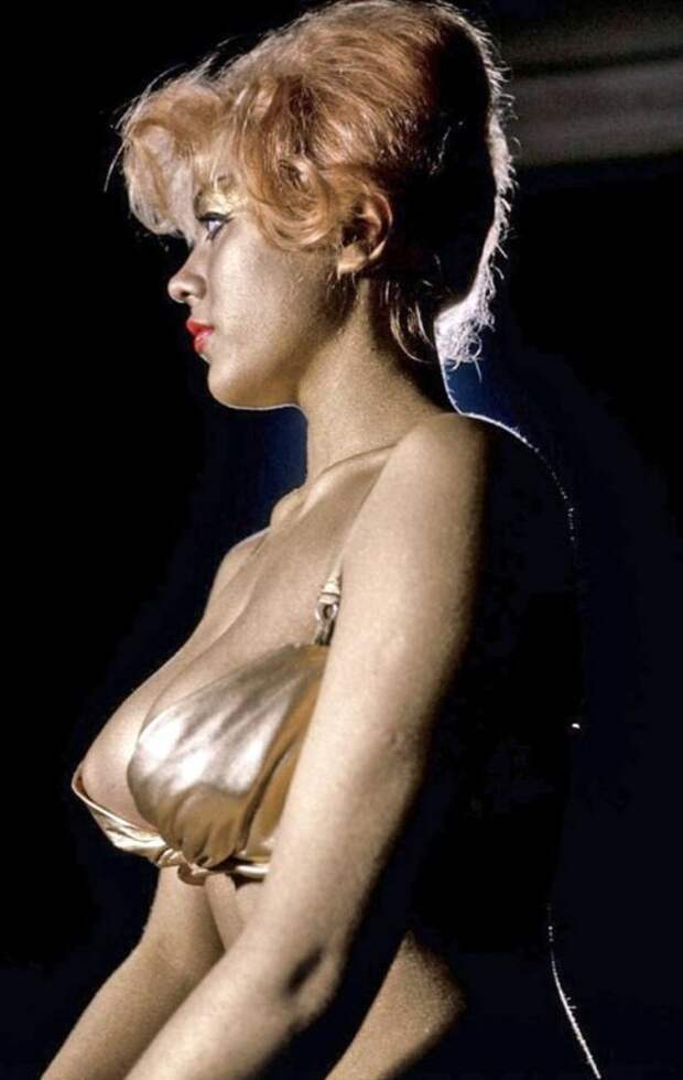 Соблазнительная Маргарет Нолан: пышногрудая секс-бомба изчопорной Англии