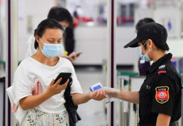 A passenger receives body-temperature checking at the Machang metro station in Changsha, Central China's Hunan province, Aug 2, 2021. [Photo/Xinhua]