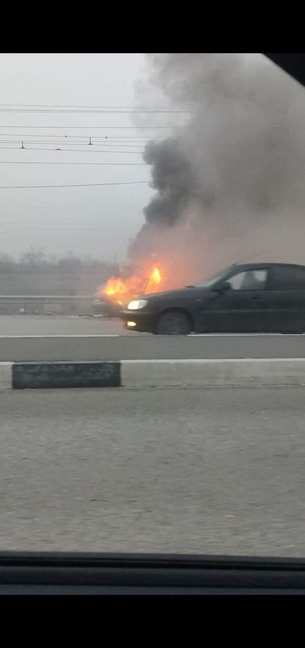 В Симферополе на дороге горит легковушка. Видео