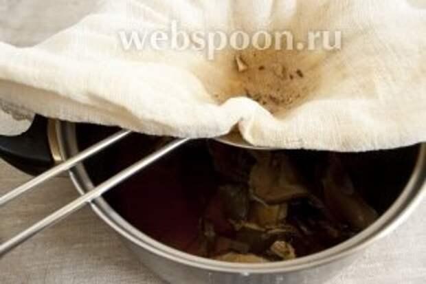 Грибы нарезать на более мелкие кусочки, положить в кастрюлю, где будет вариться крупеня. Оставшуюся от запаривания жидкость добавить к грибам, пропустив её через 8-10 слоев марли или полотняную салфетку.