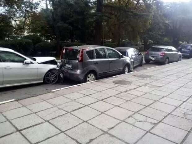 ДТП в Крыму: водитель «Мерседеса» «протаранил» припаркованные машины (ФОТО)