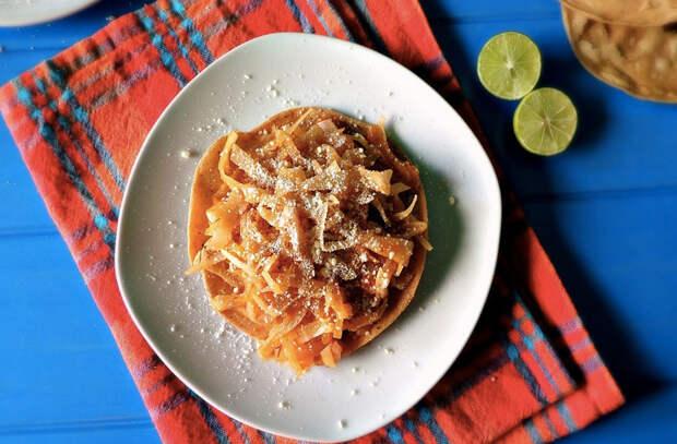 Делаем тушеную капусту сытнее: добавляем колбаски, бекон и сыр