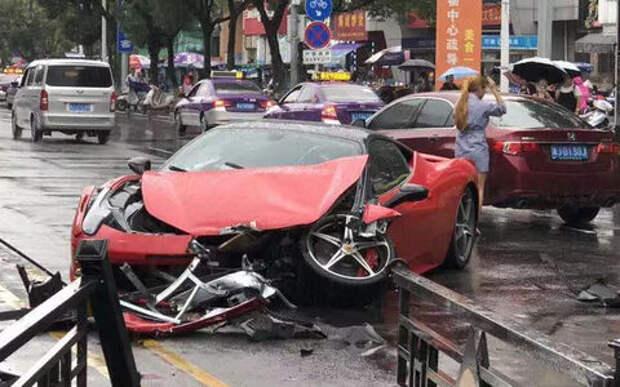 Не судьба! Дамочка разбила новый  Ferrari после выезда из автосалона