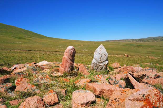 Поэтому к древнетюркским могильным комплексам, находящимся на Аралтобе, Белсазе, Сандыке, Сулусае, Сулысае, Шолсае, Карасае, мы...