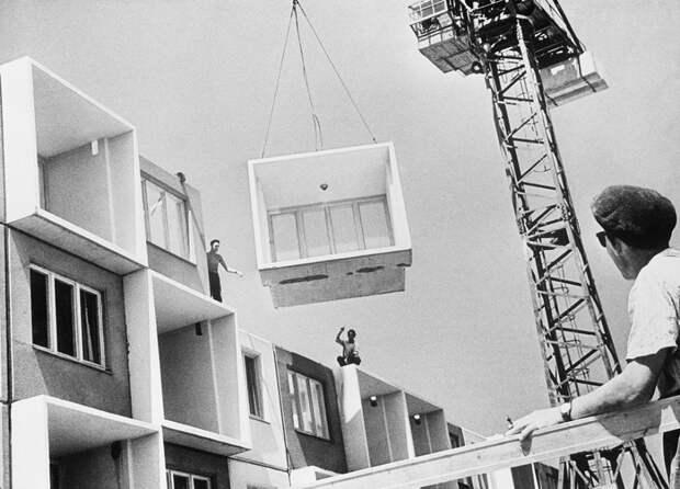 Советские строители на стройке хрущевок.