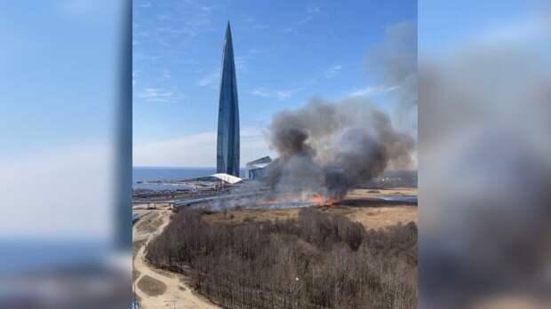 """Столб дыма рядом с """"Лахта-центром"""" напугал петербуржцев"""