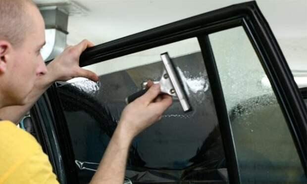 Затонировать автомобиль можно и своими руками. | Фото: novostipmr.com.