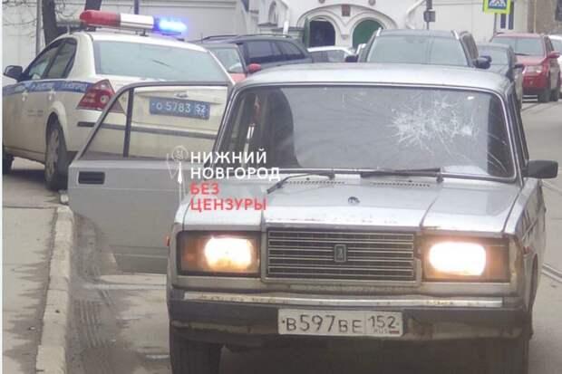 Подростки сбили полицейского на улице Добролюбова и провезли его на капоте 400 метров
