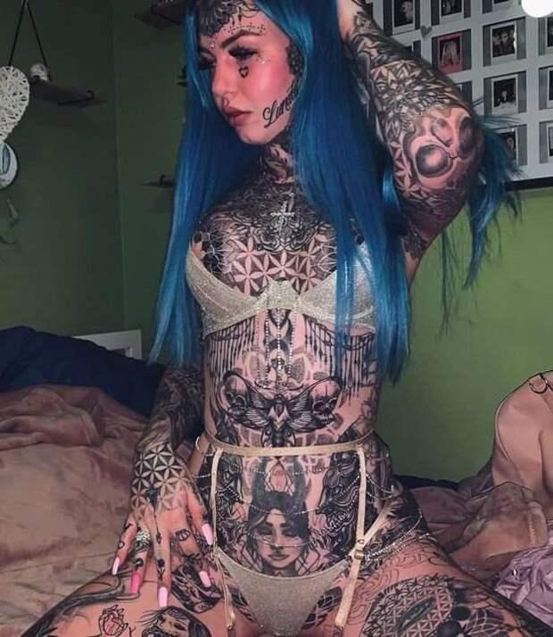Модель, ослепшая от татуировки глаз, показала свои фотографии в 18-летнем возрасте