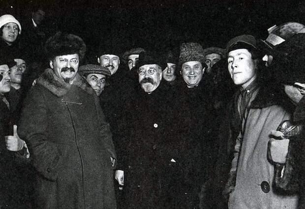 В центре - Троцкий, Каменев и Зиновьев