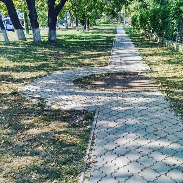 А вот нефиг ходить по прямой в Кишенёве асфальт, благоустройство, и так сойдет, и так сойдёт, тротуар