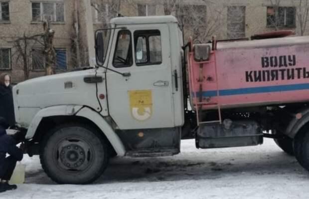 Жители Новотроицка вожидании подвоза воды выстраиваются вочереди