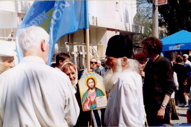 Феодосия, 2006. АнтиНАТО. Отец Алексий у ворот порта