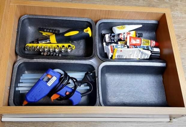 Лотки тоже помогут с наведением порядка в ящике. /Фото:youtube.com