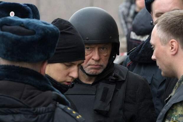 Доцента Соколова в бронежилете усиленно охраняют от линчевания