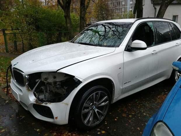 Новая биксеноновая фара для BMW X5 стоит 1150 евро, в свою очередь, адаптивная светодиодная фара - 2095 евро. bmw, bmw x5, авто, вандализм, воровство, кража, латыия, фара