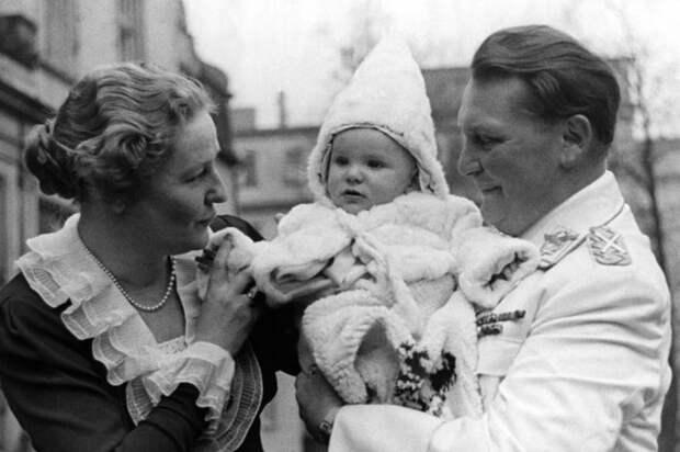 Герман Геринг с женой и дочерью.