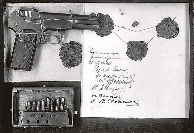 Пули и пистолет, из которого Каплан стреляла в Ленина. Из альбома «ВЧК. Главные документы»