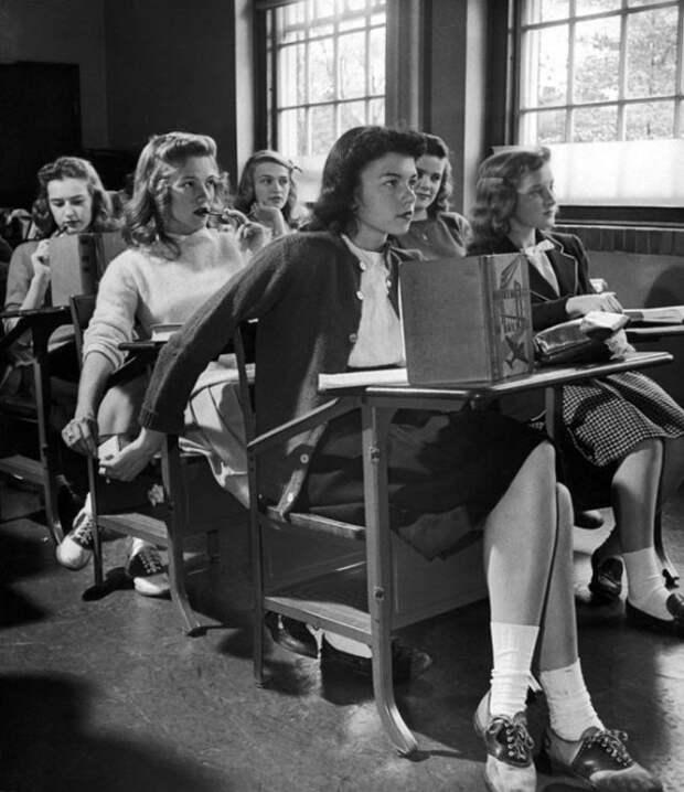 Опрятно одетые американские школьницы 44-го года.