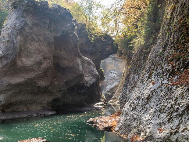 Остатки природного каменного моста в Хаджохской теснине.