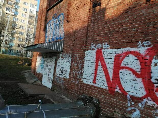 Это не искусство: вандалы изрисовали половину тепловых пунктов в Устиновском районе Ижевска