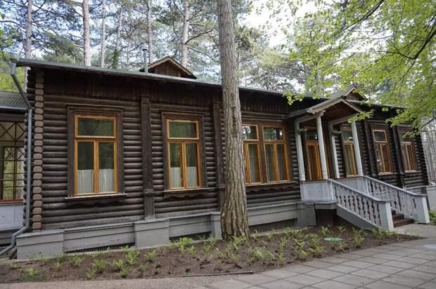 Знаменитые дачники: какими были загородные дома советских генсеков