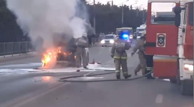 В Севастополе во время движения по дороге сгорел автомобиль
