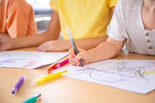 Учитель рисования в детсаду карандашом проткнула ногу четырёхлетней девочке