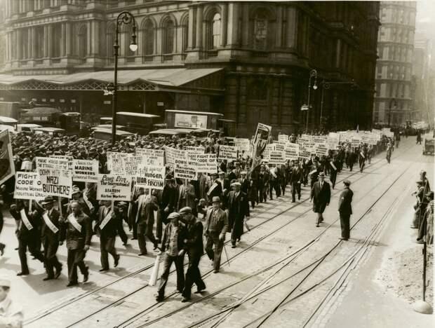 1934. Тысячи коммунистов на Первомайской демонстрации в Нью-Йорке